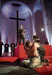 Die Lutherkirche als Hinrichtungsraum – mit Yana Kleyn und Kristian Benedikt. (Bild: Konzilstadt Konstanz/Ilja Mess)