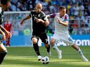 Javier Mascherano (links) bestritt sein 144. Länderspiel für Argentinien (Bild: KEYSTONE/EPA/YURI KOCHETKOV)