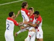 Kroatiens Spieler feiern auf enthusiastische Weise das Tor zum 1:0 gegen Nigeria (Bild: KEYSTONE/AP/MICHAEL SOHN)