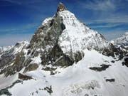 Die Rettungskräfte konnten trotz eingeleiteter Reanimation nur noch den Tod des Alpinisten feststellen. Warum er beim Aufstieg auf das Matterhorn zu Fall kam, ist nicht klar. (Bild: KAPO VS)