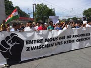 Rund 2000 Menschen haben am Samstagnachmittag in Bern für die Rechte von Sans Papiers und Flüchtlingen demonstriert. (Bild: Theodora Peter)