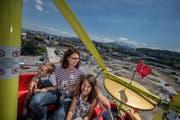 Eröffnung des Seetalplatzes in Emmen. Auf dem Bild sind Tatjana Albert mit Samantha (7) und Alexander (6) bei der Fahrt mit dem Riesenrad zu sehen. Sie geniessen den Ausblick auf den Seetalplatz. (Bild:Pius Amrein, 16. Juni 2018)