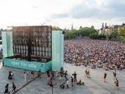 Die Freiluftveranstaltung «Oper für alle» lockte am Samstag über 14'000 Personen auf den Sechseläutenplatz in Zürich. (Bild: KEYSTONE/ENNIO LEANZA)
