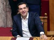 Der linke griechische Ministerpräsident Alexis Tsipras hat eine Kraftprobe im Parlament überstanden. Eine Mehrheit stimmte gegen einen Misstrauensantrag der konservativen Opposition. (Bild: KEYSTONE/AP POOL AFP/LOUISA GOULIAMAKI)
