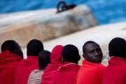 Männer, die von der spanischen Seerettung an Land gebracht wurden. Bild: Daniel Perez/EPA (Malaga, 9. Juni 2018)