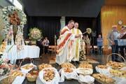 Don Giorgio und Leo Schenker segnen die Antoniusbrötchen. (Bild: Maya Heizmann)