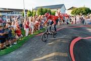 Hunderte beäugen den Herdermer BMX-Juniorenweltmeister Cédric Butti beim Testlauf auf dem neuen Pumptrack. (Bild: Donato Caspari)