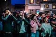 Fans zittern in der Nachspielzeit des Spiels Brasilien gegen die Schweiz beim Hotel Schweizerhof. Bild: Philipp Schmidli (Luzern, 17. Juni 2018)