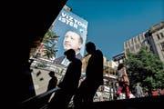 «Eine wachsende Wirtschaft braucht Visionen», steht auf dem Wahlplakat von Präsident Erdogan. (Bild: Sedat Suna/EPA (Istanbul, 13. Juni 2018))