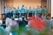 Der Gemischte Chor Mettlen mit Dirigent Roland Kuratli steht zur Eröffnung des Chorpub-Festivals selber auf der Bühne. (Bild: Donato Caspari)