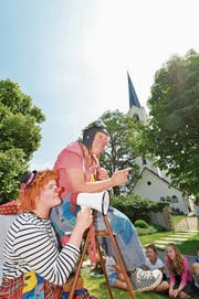 Clowns unterhalten die Kinder am Jubiläumsfest vor der Kirche in Scherzingen. (Bild: Donato Caspari)