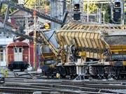 Viel Nerven und Geduld brauchen Zugreisende im Raum Winterthur ZH: Nach der Entgleisung eines Güterzuges bleibt der Bahnhof Winterthur noch bis zum frühen Montagmorgen lahmgelegt. Auf der Ost-West-Achse geht nichts mehr. (Bild: Keystone/WALTER BIERI)
