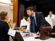 Der Präsident des Schweizerischen Evangelischen Kirchenbundes (SEK), Gottfried Locher (rechts), wurde am Sonntag für eine weitere Amtszeit bestätigt. (Bild: KEYSTONE/ENNIO LEANZA)