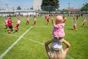 Voller Einsatz auf dem Feld und Mitfiebern am Spielfeldrand bei den Klassenmeisterschaften in Gossau. (Bild: Urs Bucher)