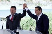 Mazedoniens Premier Zoran Zaev (links) und sein griechischer Amtskollege Alexis Tsipras. (Nikos Arvanitidis/EPA)