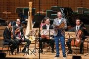 Kurt Aeschbacher kommentiert den «Karneval der Tiere», den das Luzerner Sinfonieorchester darbietet. (Bild: Philipp Schmidli (17. Juni 2018)
