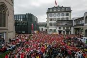 Hunderte verfolgten das Spiel beim Hotel Schweizerhof. Bild: Philipp Schmidli (Luzern, 17. Juni 2018)
