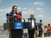 Sonderbotschafterin des Uno-Flüchtlingshilfswerks UNHCR und Hollywood-Star: Angelina Jolie vor den Medien im Nordirak. (Bild: Keystone/AP/CLAIRE THOMAS)
