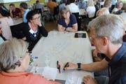 Stadtpräsident Anders Stokholm beim Brainstorming mit Konferenz-Teilnehmerinnen.