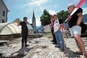 Archäologe Christian Auf der Maur erklärt am Tag der offenen Grabung, was man in Flüelen nach dem Abbruch des Hotels Weisses Kreuz alles gefunden hat. (Bild: Urs Hanhart (Flüelen, 16. Juni 2018))