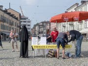 Das seit rund zwei Jahren im Tessin geltende Verhüllungsverbot trifft gemäss dem «Sonntagsblick» oftmals Fussballfans oder Personen mit lustigen Kostümen statt Musliminnen mit Burka. (Bild: KEYSTONE/TI-PRESS/PABLO GIANINAZZI)