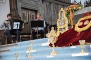 Fränggi Gehrig (links) und Carlo Gamma gaben in der Kirche St. Martin in Altdorf, wo der Kirchenschatz ausgestellt war, ein kleines Konzert. (Bild: Urs Hanhart, 15. Juni 2018)