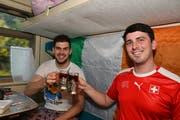 Luke Molony und der Ire Cormac Fitzgeradl geniessen die Reise nach Rostow. (Bild: Manuel Nagel)
