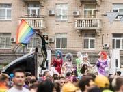 Die bunte Demonstration in Kiew für die Rechte von Homosexuellen stand unter grossem Polizeischutz. (Bild: KEYSTONE/AP/EVGENIY MALOLETKA)