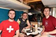 Die Zugreisenden Aleksandr «Sascha» Plechum, Dmitri «Dima» Gadai und Igor Agapow. (Bild: Manuel Nagel)