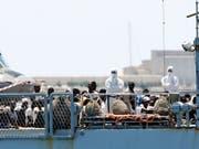 Die Hilfsorganisation SOS Méditerranée hatte die Migranten mit der von ihr gecharterten «Aquarius» ursprünglich aus Seenot gerettet. Danach wurde das Schiff von Italien und Malta abgewiesen. Verteilt auf insgesamt drei Schiffe kamen die Flüchtlinge nun am Sonntag in der spanischen Stadt Valencia an. (Bild: Keystone/AP/ALBERTO SAIZ)