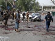 Afghanische Sicherheitskräfte am Tatort eines Selbstmordanschlags in der Provinz Nangarhar. (Bild: KEYSTONE/EPA/GHULAMULLAH HABIBI)