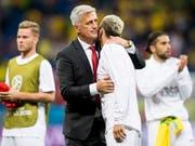 Vladimir Petkovic umarmt Valon Behrami nach dem gelungenen WM-Auftakt (Bild: KEYSTONE/LAURENT GILLIERON)