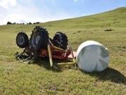 Der 25-jährige Landwirt musste mit mittelschweren Verletzungen ins Spital geflogen werden. Sein Traktor erlitt Totalschaden. (Bild: KAPO GR)