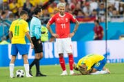 Valon Behrami (Mitte) meldet Neymar (rechts) ab. Bild: Lauren Gilliéron / Keystone