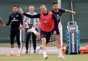 Englands Harry Kane (vorne) im Trainingsduell mit Kyle Walker. Bild: Dimitri Lovetsky/AP (Repino, 17. Juni 2018)