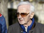 Der Wahlschweizer Charles Aznavour ist mit 94 noch recht rüstig. Der Arm, den er Mitte Mai bei einem Sturz gebrochen hat, heilt jetzt aber doch weniger gut als erhofft. Bis September kann er keine Konzerte geben. (Archivbild April 2018) (Bild: Keystone/SALVATORE DI NOLFI)