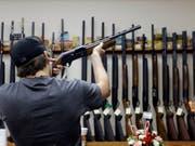 Ein Kunde in einem Waffenshop in Texas - in den USA kommen auf 100 Einwohner 120,5 Waffen. (Bild: Keystone/AP/Pat Sullivan)