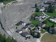 Häuser im Dorf Bondo im Bergell wurden von einem der grössten Bergstürze in der Schweiz seit über 130 Jahren getroffen. Am 23. August 2017 stürzten über drei Millionen Kubikmeter Felsmaterial vom Piz Cengalo ins Tal. (Bild: KEYSTONE/GIAN EHRENZELLER)