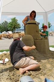 Der Wettbewerb hat viele Besucher angelockt. Im Bild die Arbeiten an der Chamäleon-Skulptur, die später siegte. (Bild: Martin Rechsteiner)