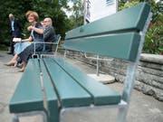 Auch die Berner Gemeinderätin Ursula Wyss (SP) sitzt auf dem Prototyp der neuen Berner Sitzbank Probe. (Bild: KEYSTONE/PETER SCHNEIDER)