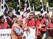 Angestellte der SBB und Gewerkschafter vom SEV haben in Bern, Zürich und diversen anderen Städten gegen den neuen GAV der Schweizerischen Bundesbahnen demonstriert. (Bild: Keystone/PETER SCHNEIDER)
