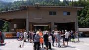 Reges Interesse am Tag der offenen Tür, im Hintergrund das Mehrzweckgebäude. (Bild: Richard Greuter; Engelberg, 16. Juni 2018)