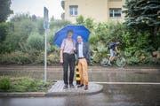 Marco Steiner und Robert Niederer auf der Auwiesenstrasse, wegen der die AWA gegründet wurde. Für verkehrsberuhigende Massnahmen war ein harter Kampf nötig. (Bild: Benjamin Manser)