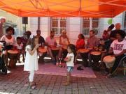 Am Flüchtlingstag in Stans waren afrikanische Rhythmen mit der Djembe-Trommel zu hören. (Bilder: PD)