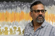 Sarath Maddumage vor dem Bild, das symbolisch für seine Flucht steht. (Bild: Donato Caspari)