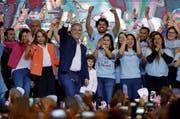 Iván Duque präsentiert sich am Sonntagabend seinen Anhängern in Bogotá. (Bild: Fernando Vergara/AP (17. Juni 2018)