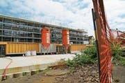 Bis jetzt läuft bei der Überbauung Seehof alles nach Plan. Das Gebäude soll Anfang Oktober fertig werden. (Bild: Rebecca Frei)