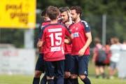 Der SC Cham (rot/blau) erhält vier neue Spieler. Im Bild beim Match gegen den FC Basel im Mai. (Bild Roger Zbinden, 26.05.2018)