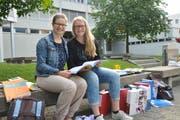 Nicole Aschwanden (links) und Corinne Businger fotografiert vor der Berufsschule in Stans. (Bild: Matthias Piazza, 15. Juni 2018)