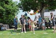 Sonnenschein, spannende Spiele und lustige Action waren Trumpf am Sommerfest im Kinder-Dörfli, hier das Stiefelwerfen. (Bild: Christoph Heer)